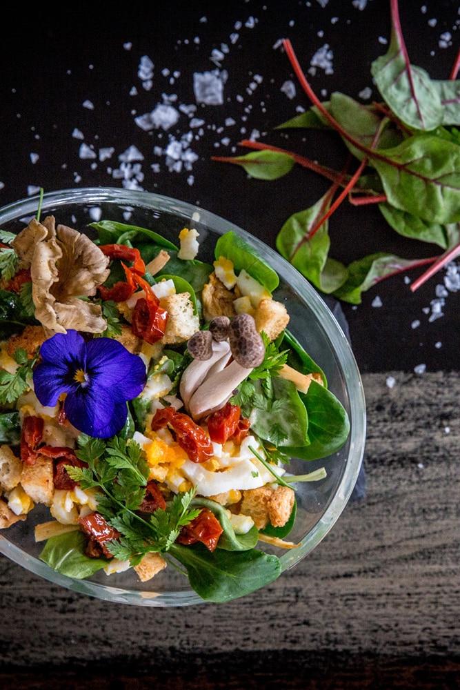 Marktfrischer Salat der in Zeitlupe geworfen wird
