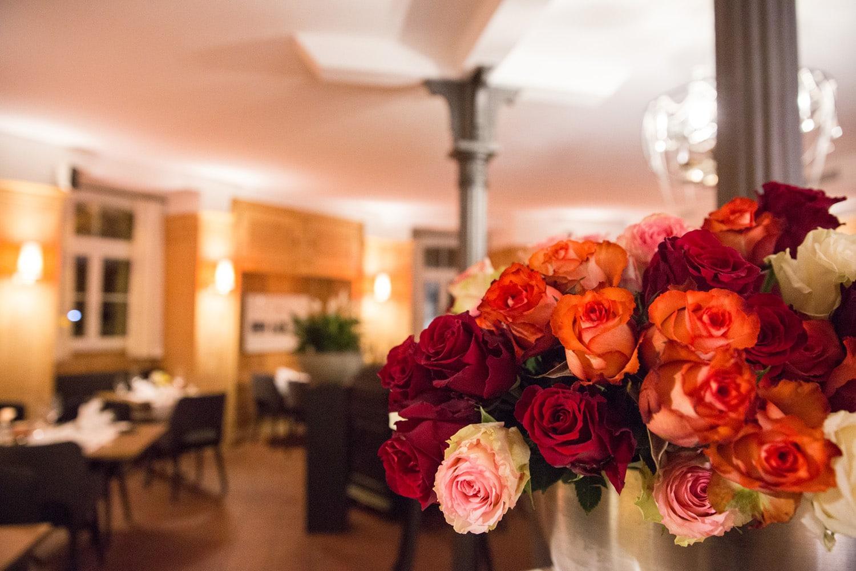 Bild von einem Rosen-Strauss im Restaurant