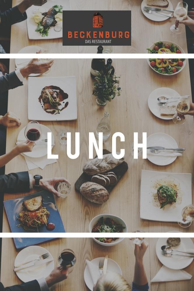 Menschen die am Tisch siten und das regionale innovative Essen speisen
